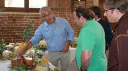 fattoria-della-piana-carmelo-basile-mostra-prodotti-a-thomas-e-andy-gellert