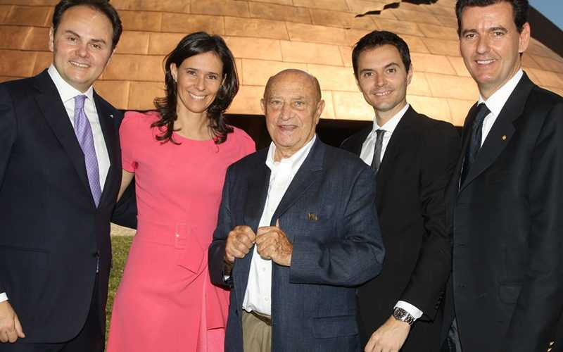 Famiglia Lunelli con Arnaldo Pomodoro