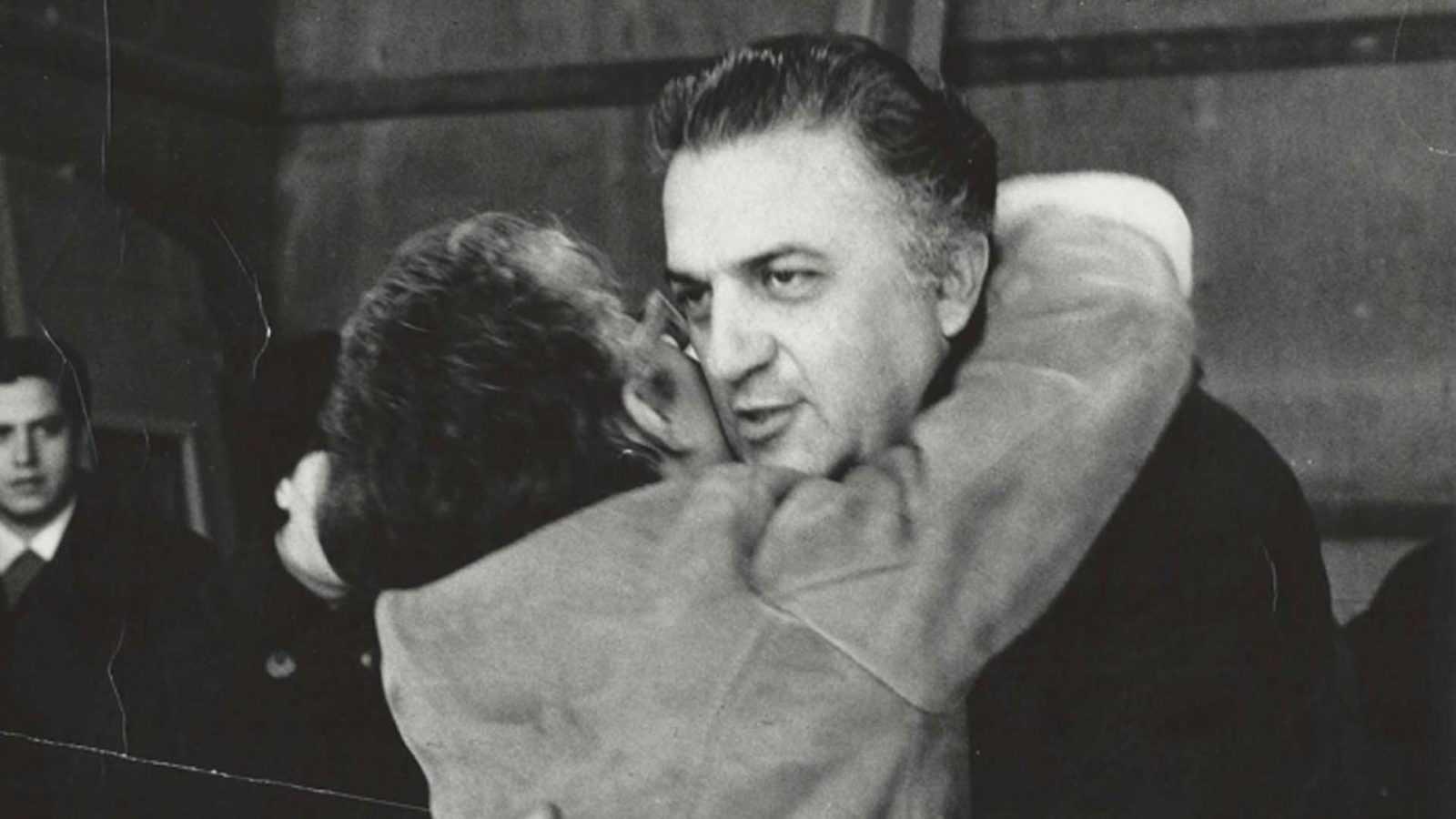 Federico Fellini e Lina Wertmuller abbracciati