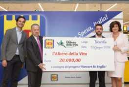 Md spa consegna assegno di 20mila euro a sostegno famiglie