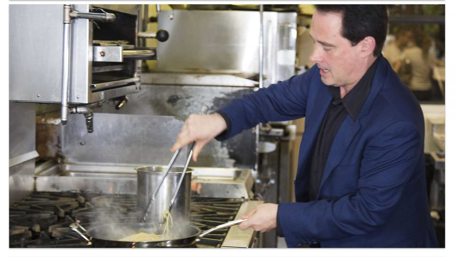 Riccardo Longo che cucina pasta Italiana