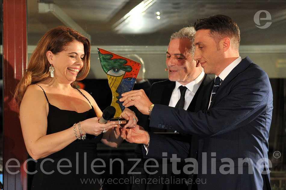 Antonio Minopoli premia Ornella Fado per la sezione Emondo di Eccellenze Italiane