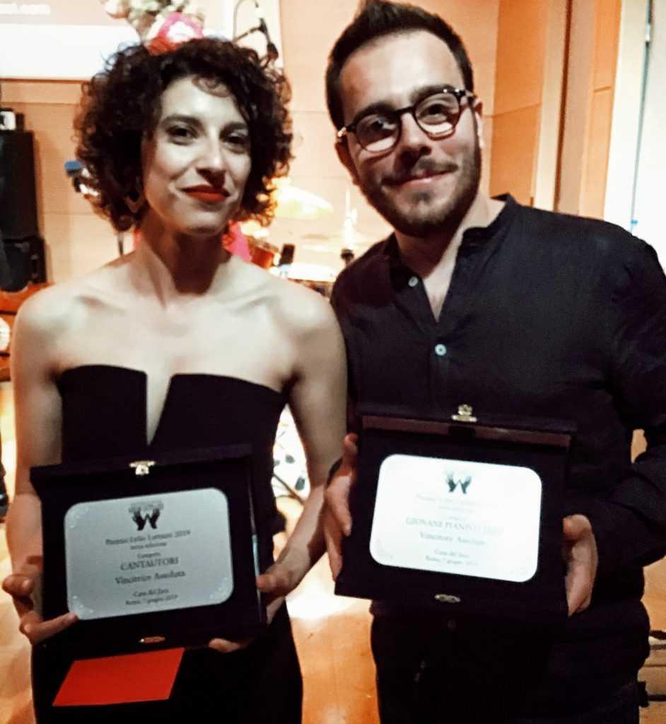 Caterina Comeglio E Danilo Tarso Con Il Premio Lelio Luttazzi