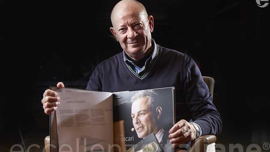 Silvio Vigliaturo con il volume di Eccellenze Italiane (ed. 2016)
