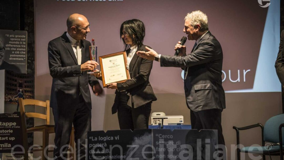 Guido Ottombrino consegna premio ad Angela De Massis