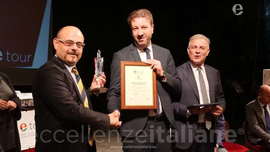 Stefano Biagiotti consegna il premio a Mauro della Iena