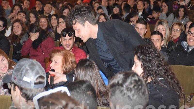 Il pubblico interviene alla nona tappa di Etour di Barcellona Pozzo di Gotto
