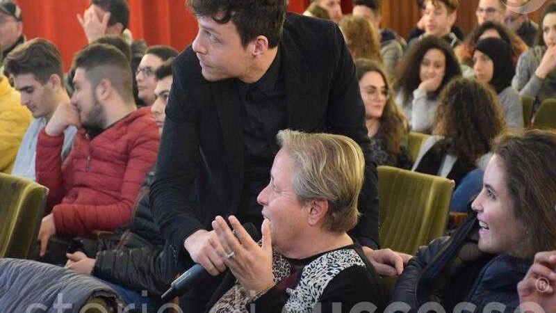 Il pubblico interviene alla tappa di Etour di Barcellona Pozzo di Gotto