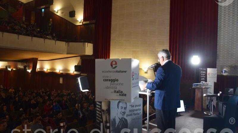Sebastiano Buglisi di EdS Infrastrutture sul palco di etour Barcellona Pozzo di Gotto