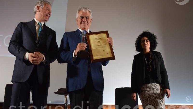 La premiazione di Sebastiano Buglisi con Piero Muscari e Giovanna Trovato