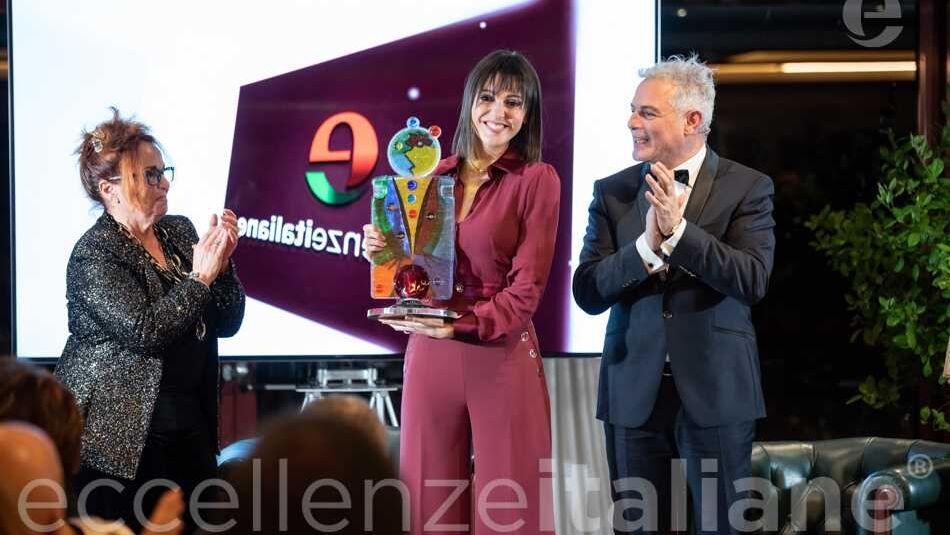 Simona Molinari Riceve Premio Gala Eccellenze Italiane da M.Rosaria Gianni
