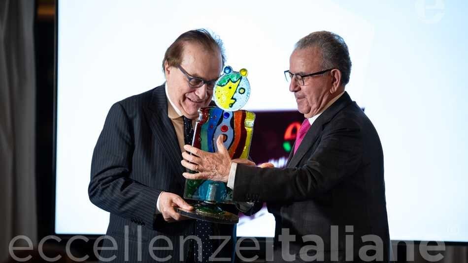 Patrizio Podini premia Franco MariaRicci al Galà delle Eccellenze Italiane