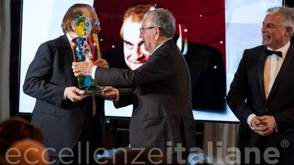 Patrizio Podini consegna premio a Franco Ricci al Gala Eccellenze Italiane