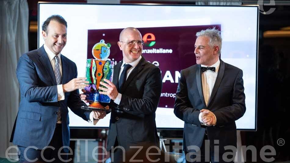 Danilo Iervolino premia Giuseppe Pezzano - sezione emondo