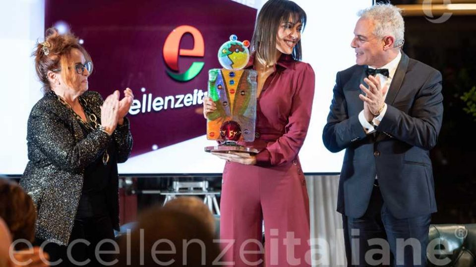 Simona Molinari riceve Il Premio Di Eccellenze Italiane.Premia Maria Rosaria Gianni