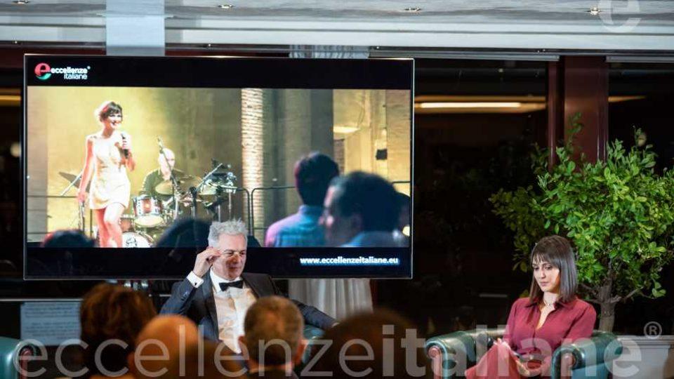 Piero Muscari e Simona Molinari durante la proiezione della storia di Simona Molinari al Galà delle Eccellenze Italiane 2019