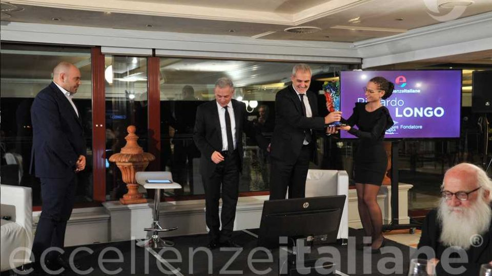 Davide Borra Consegna Premio A Stefano Biasini