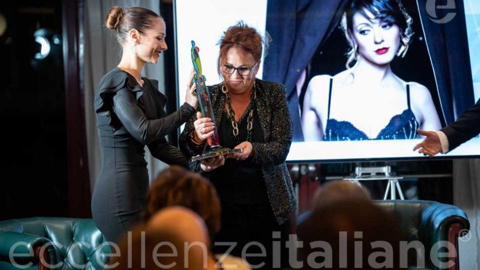 Maria Rosaria Gianni ritira il Premio per consegnarlo a Simona Molinari