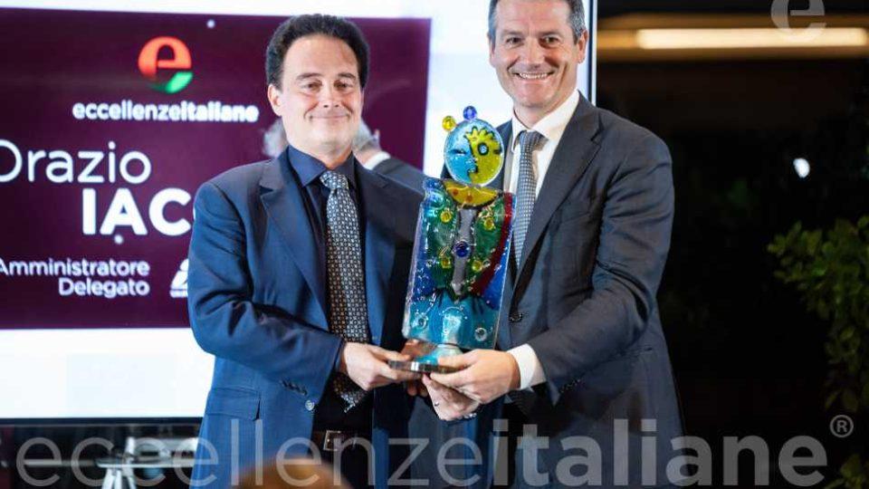 Orazio Iacono premiato da Riccardo Longo- foto di rito con il premio