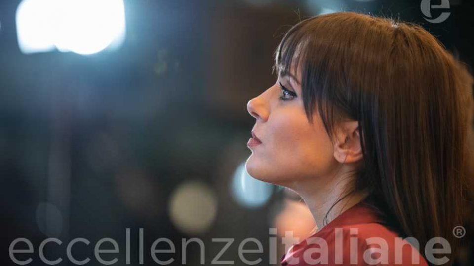 Simona Molinari guarda la sua videstoria al Galà delle Eccellenze Italiane 2019